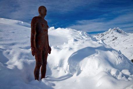 Бронзовый человек в снегах