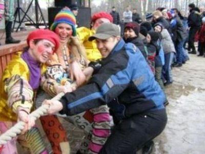 Народные гуляния в Петербурге проходят широко и весело