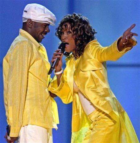 Браун и Хьюстон выступают во время шоу дуэтов «VH1 Divas» в Лас-Вегасе в 2003 году