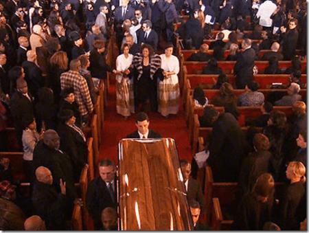 Близкие и друзья Уитни Хьюстон собрались в баптистской церкви New Hope, чтобы проводить Ниппи (так ее называли родственники) в последний путь