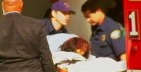 Тело Уитни Хьюстон выносят из гостиницы