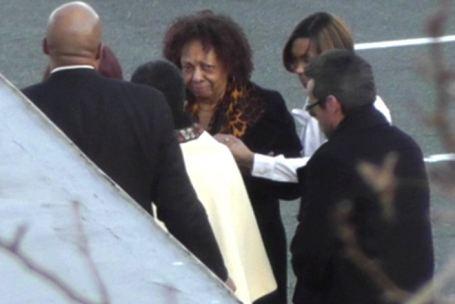 Мама Уитни, Цисси Хьюстон, прибыла на приватное прощание с дочерью