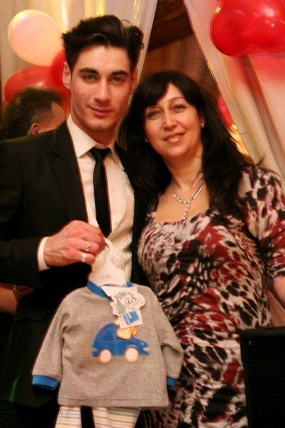 Тигран Салибеков и его мама Татьяна с первыми нарядами для малыша