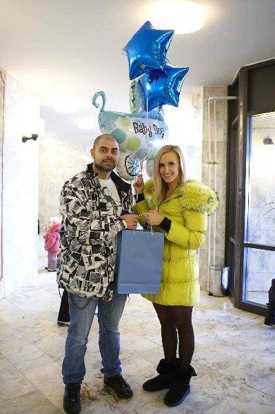 Соседи по городским квартирам Ольга и Илья Гажиенко первыми поздравили молодых родителей Салибековых с рождением первенца