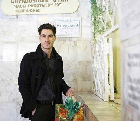 Молодой папочка Тигран Салибеков в стенах роддома