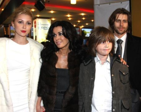 На премьеру фильма пришла вся дружная семья Анастасии Заворотнюк