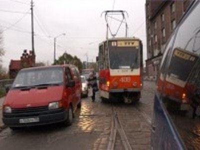 Неправильная парковка машины на час парализовала движение