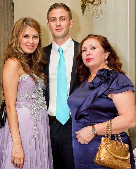 Вика Боня с мамой и женихом Алексом Смерфитом