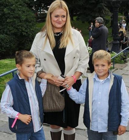Анна с двумя сыновьями Андреем и Сергеем
