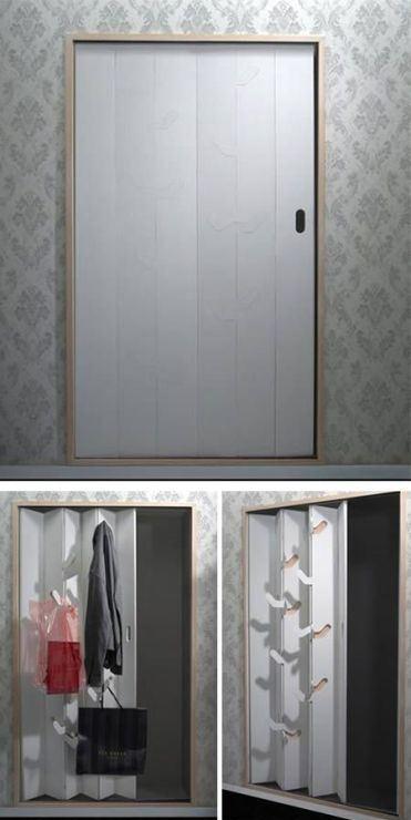 Дверь с крючками