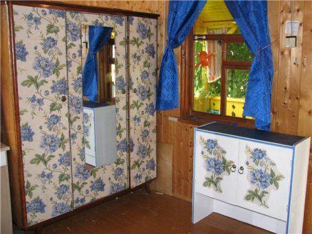 Уютный интерьер этого помещения во многом достигается благодаря отреставрированному шкафу