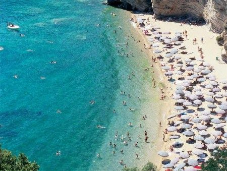 Летом черногорские пляжи забиты до отказа