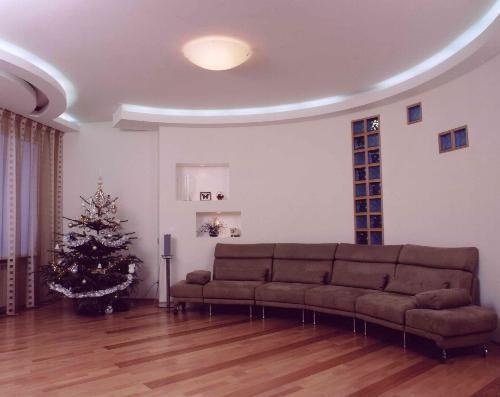 Чтобы обновить интерьер порой достаточно просто переставить мебель
