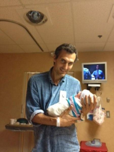 Михаил Земцов с новорожденной дочкой