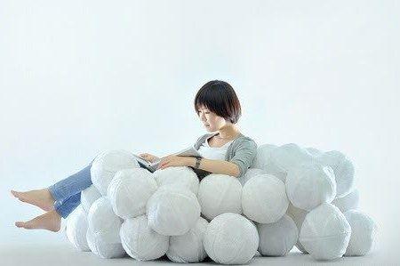 Прекрасно посидеть с книжкой в кресле из подушек-шаров!