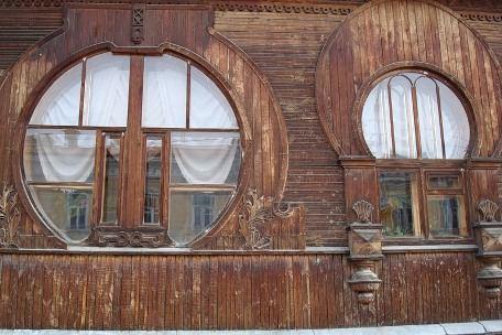 В старинных деревянных домах веками живут люди