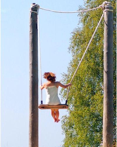 Девушку качали на качелях, ассоциируя совокупление с божеством