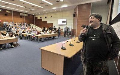 Дмитрий Быков указал на сложную пунктуацию в диктанте.
