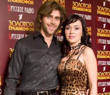 Актриса находится в законном браке с фигуристом Петром Чернышевым