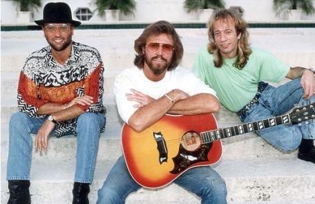 Группа Bee Gees, в состав которой входили Робин Гибб и его братья Барри и Морис, впервые вышла на сцену в 1958 году