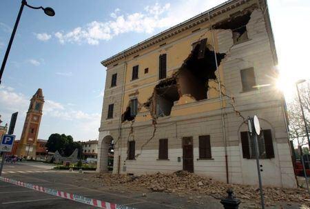 После землетрясения, в Италии осталось много домов на грани разрушения
