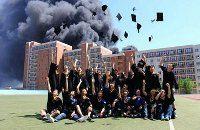 Выпускников китайского ВУЗа стали звездами интернета за снимок на фоне пожара