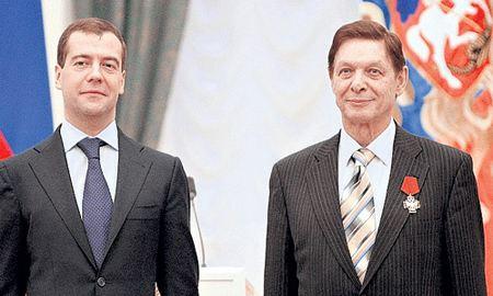 Эдуард Хиль получил награду из рук Дмитрия Медведева