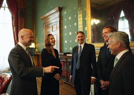 Анджелина Джоли с министром иностранных дел Великобритании