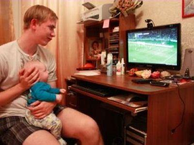 Пока муж смотрит футбол, у жены есть время для развлечений