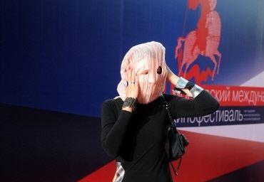 Ольга Дарфи в маске...