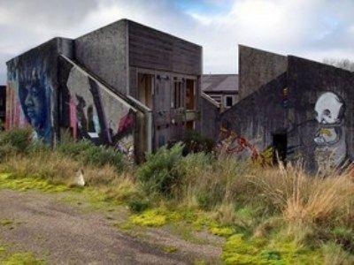Стены домов расписаны художниками