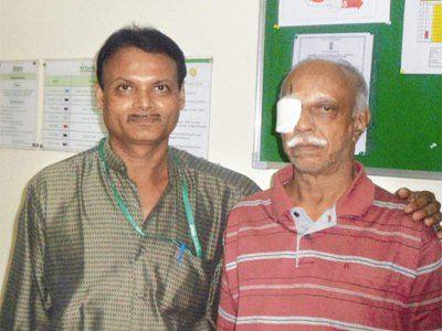 Индийский пациент после операции по удалению червя из глаза
