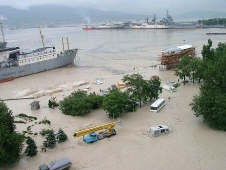 В первую очередь в пострадавших от наводнения районах Кубани откачивают воду из затопленных домов