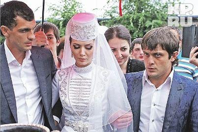 По осетинским традициям невесту Зарему Абаеву повсюду сопровождали друзья жениха Алана Дзагоева
