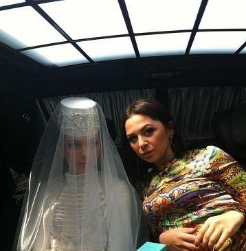 Невеста Зарема Абаева со своей двоюродной сестрой