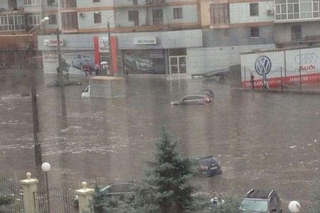 В результате сильного ливня в Одессе в Черное море попали вредные вещества