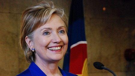 В Египте помидорами забросали кортеж Хилари Клинтон