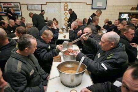 Причиной отравления более 100 человек стала некачественная пища