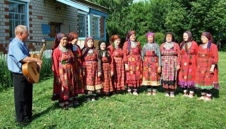 Удостоверения сотрудников ГИБДД Бурановские бабушки получили на сцене родного дома культуры