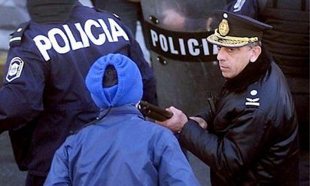 В Аргентине полицейских арестовали за видео, на котором они пытали задержанных