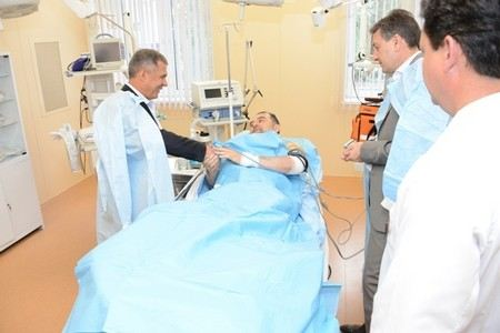 Муфтий Татарстана Илдус Файзов учится ходить на костылях