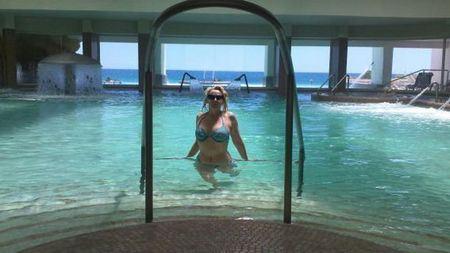 Елена Кондулайнен позирует в бассейне