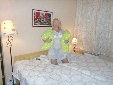Эротическая фотография Елены Кондулайнен в спальне гостиничного номера