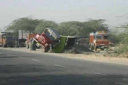 В Индии при лобовом столкновении двух грузовиков погибли 25 паломников