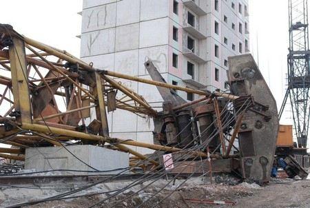 В столице Казахстана, Астане из-за сильного ветра упали три башенных крана