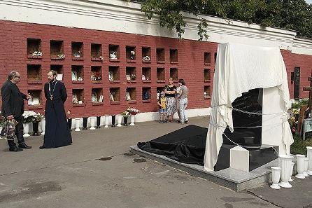 Субботний день на Новодевичьем кладбище выдался солнечным