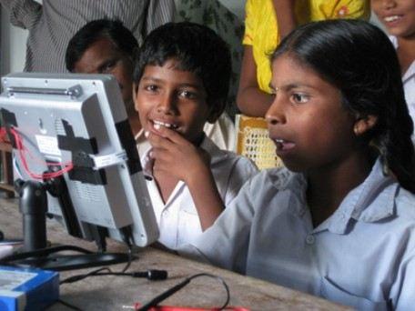 Индийские школьники знакомятся с компьютером I-Slate на солнечных батареях