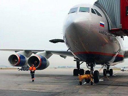 Вылет российского самолета, севшего в Рейкьявике из-за сообщения о чемоданах со взрывчаткой перенесен на 23:15. Решается вопрос о замене экипажа