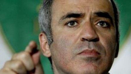Прапорщик полиции, которого при задержании у Хамовнического суда укусил Гарри Каспаров, отправился за помощью к медикам