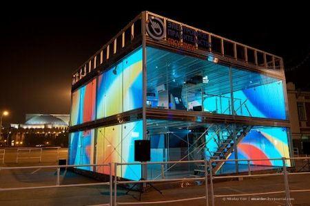 Офис-куб вечером сияет всеми цветами радуги